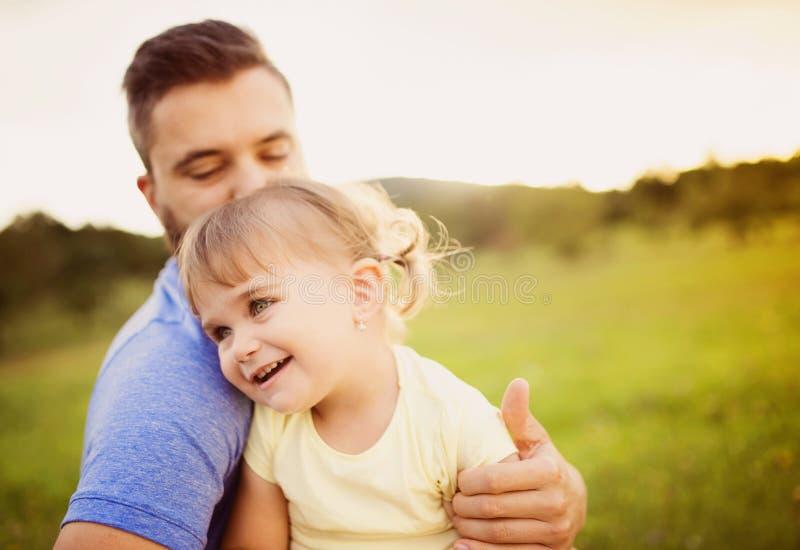Vater- und Tochterspielen lizenzfreie stockbilder
