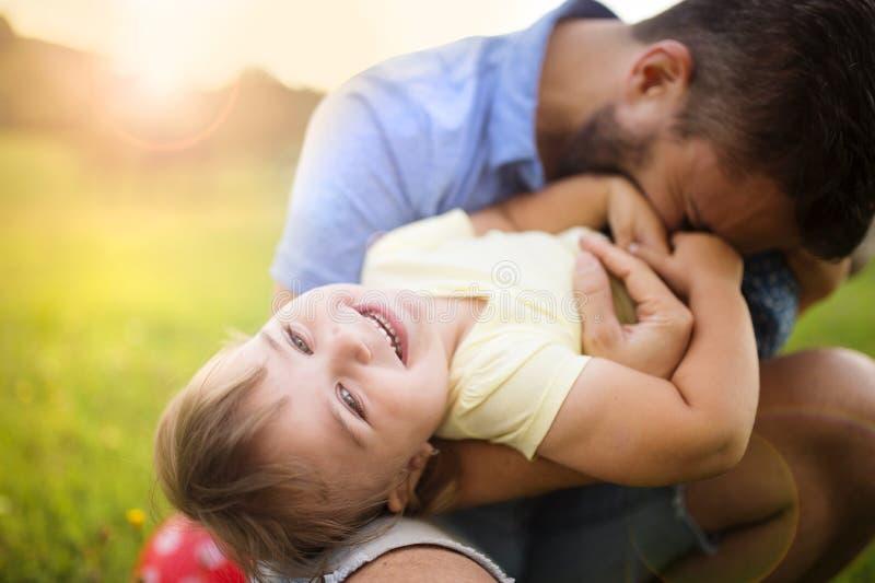 Vater- und Tochterspielen stockfotografie
