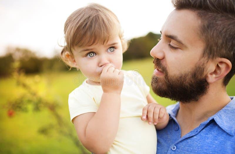 Vater- und Tochterspielen stockfotos