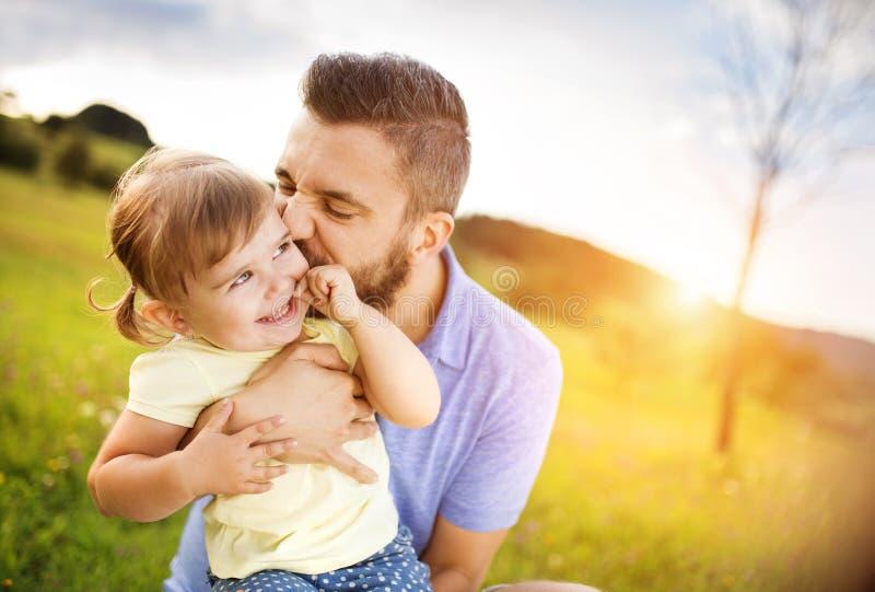 Vater- und Tochterspielen lizenzfreies stockbild