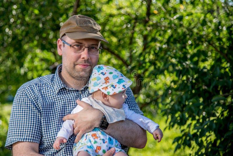 Vater und wenig Sohn in der Natur lizenzfreie stockfotos