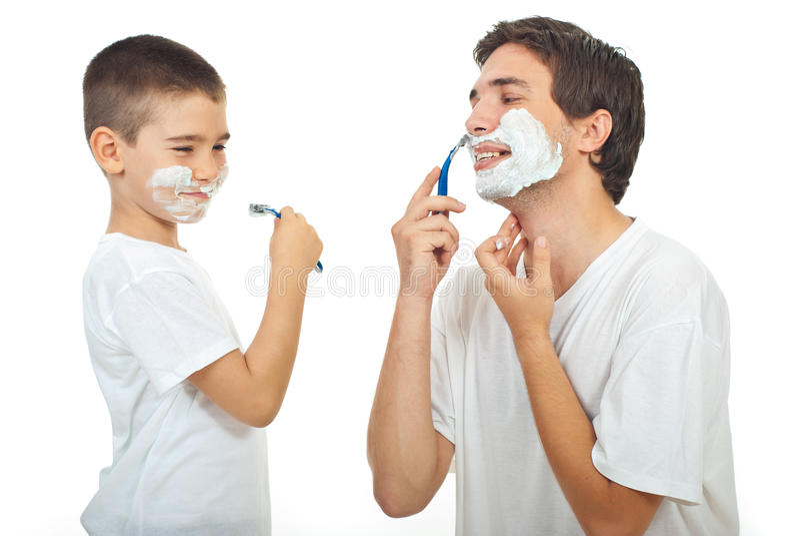 Vater unterrichten seinen Sohn sich zu rasieren stockbilder