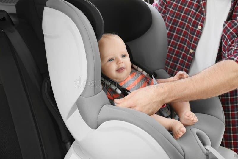 Vaterbefestigungsbaby zum Kindersitz nach innen stockfotos