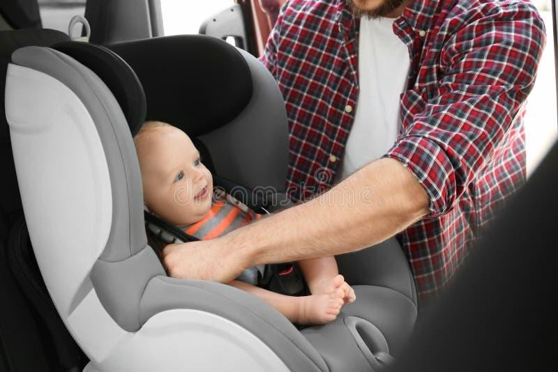 Vaterbefestigungsbaby zum Kindersitz nach innen stockbilder