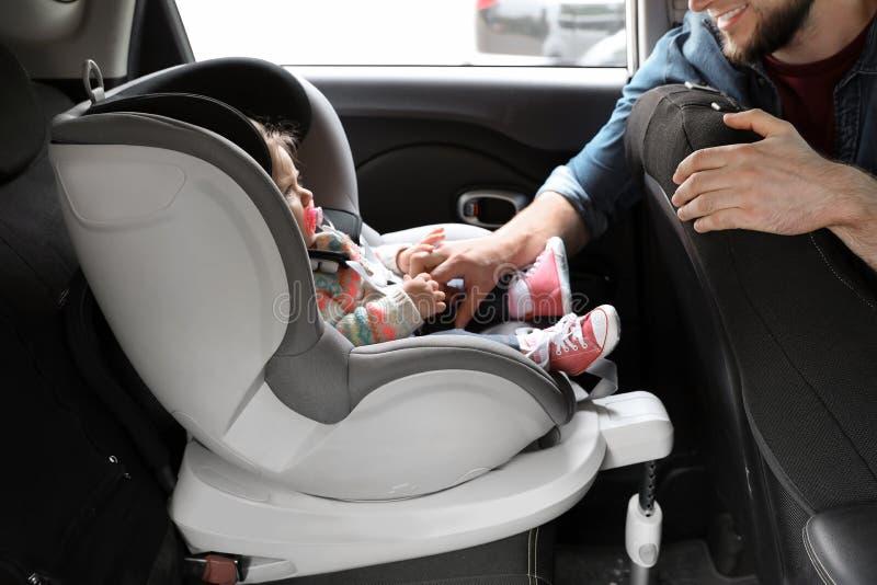 Vaterbefestigungsbaby zur Kindersicherheit lizenzfreie stockfotografie