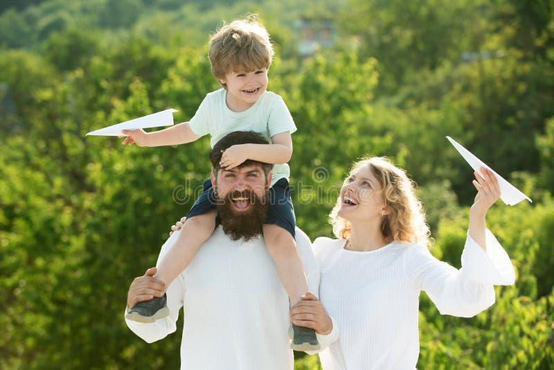 Vatermutter und -sohn, die Spaß haben und in der Natur spielen Vati-Mutter und Sohn Glückliches Kind mit den Eltern, die mit Spie lizenzfreie stockfotos
