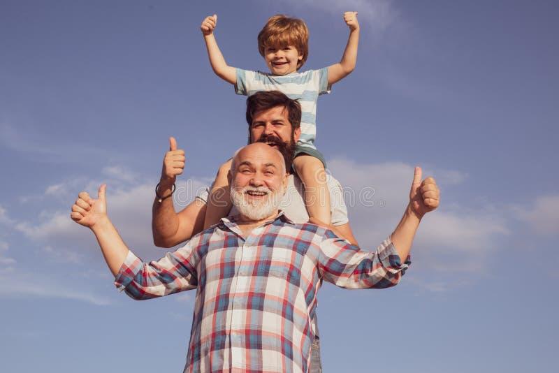 Vatersohn- und -großvaterspielen - Familienzeit zusammen Junge mit Vater und Gro?vater Männliche multi Generation lizenzfreies stockbild