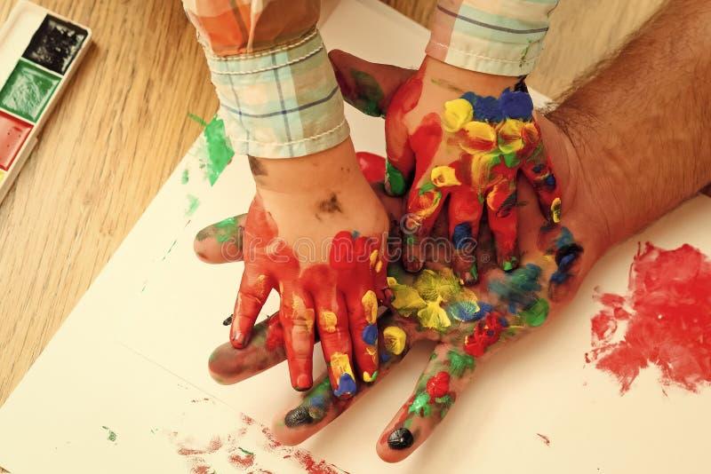Vatertag, Familienliebe und Sorgfalt Fantasie, Kreativität und Freiheit Spielende Kinder - glückliches Spiel Handprint-Malerei lizenzfreie stockbilder