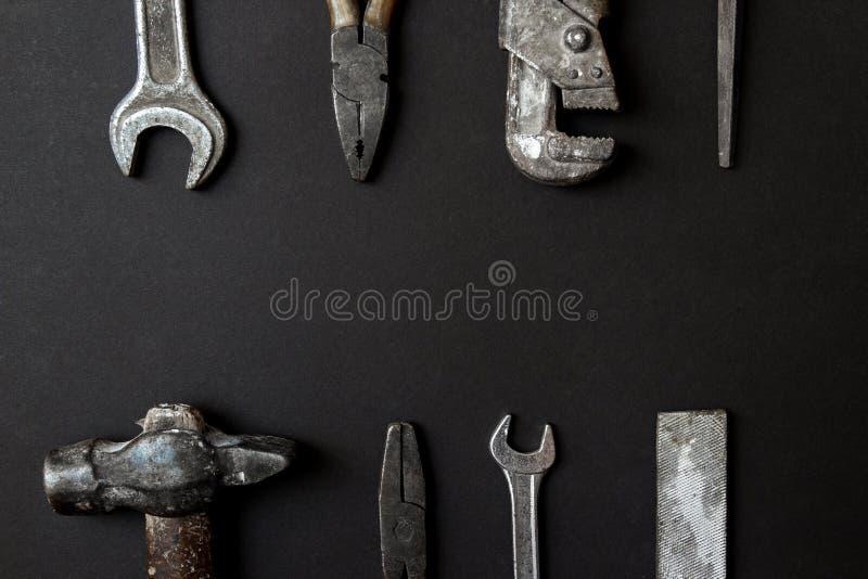 Vatertags-Gru?kartenkonzept Alte Werkzeuge der Weinlese auf schwarzem Papierhintergrund Flache Lage Kopieren Sie Platz stockbild