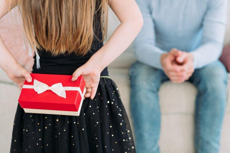 Vatertags-Kinderbelohnungsgeschenkbox der Überraschung anwesende lizenzfreie stockfotos