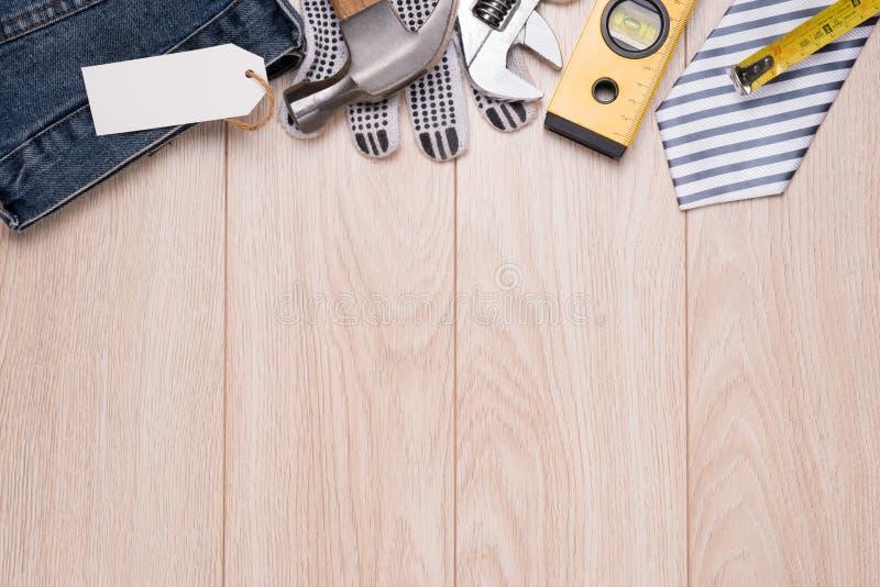 Vatertagstag mit Werkzeugen und Bindungsrahmen auf Holz stockfotografie