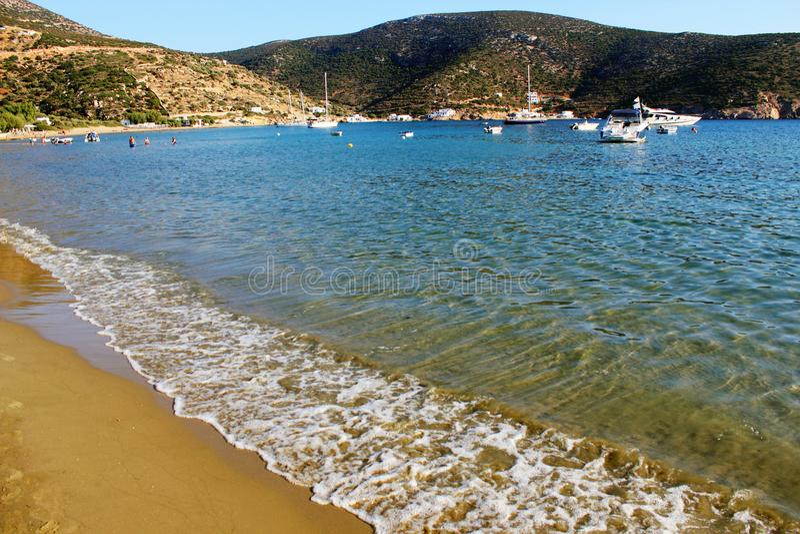 Vathi strand, Sifnos ö, Grekland royaltyfria bilder