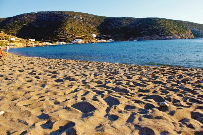 Vathi strand, Sifnos ö, Grekland royaltyfri foto