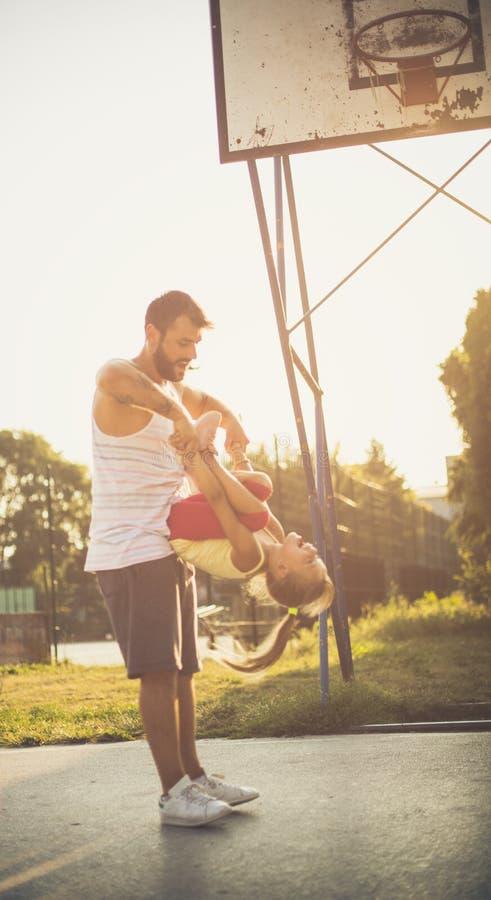 Vati, der den Tag mit seiner Tochter liebt stockfoto