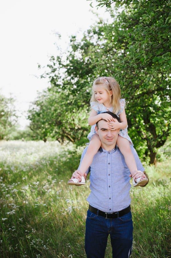 Vati, der mit seiner Tochter auf der Natur spielt lizenzfreie stockbilder