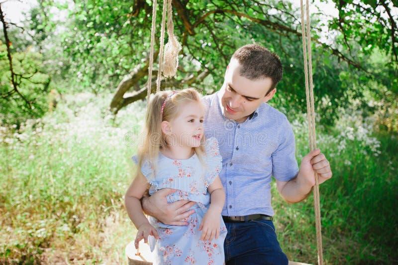 Vati, der mit seiner Tochter auf der Natur spielt stockfoto