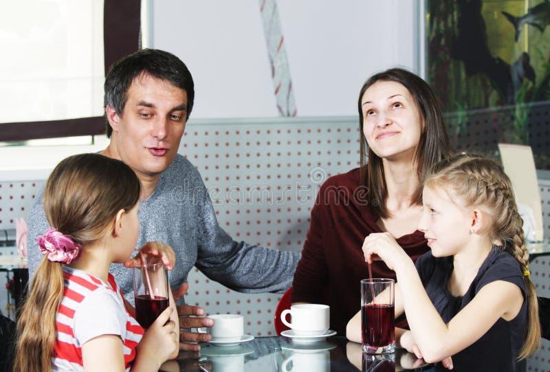 Vati, der mit Tochter spricht stockfotos