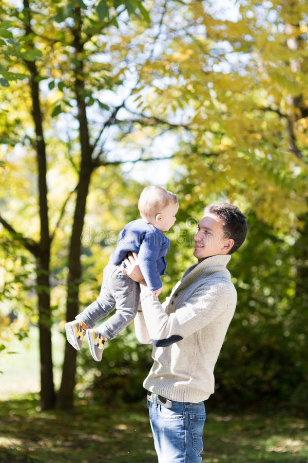 Vati mit Baby im Herbstpark stockfotografie