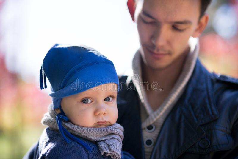 Vati mit Baby im Herbstpark stockbilder