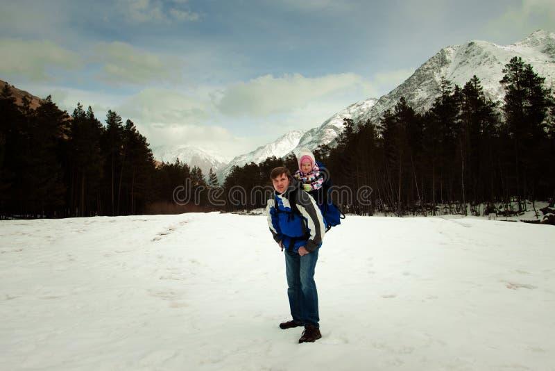 Vati mit Baby im Rucksack stockfotografie