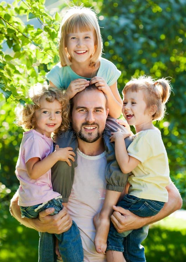 Vati mit Kindern stockfoto
