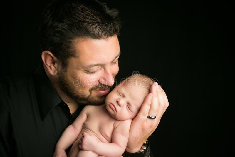 Vati mit neugeborenem Baby stockbild