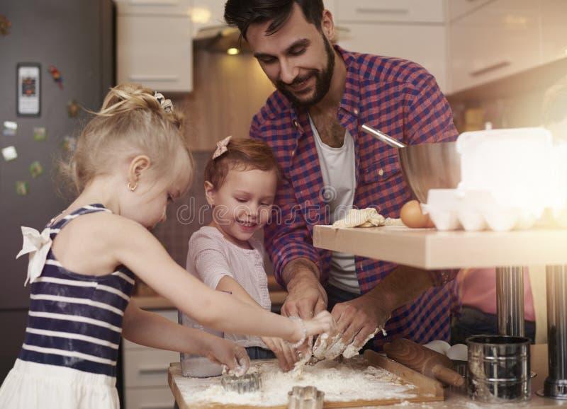 Vati mit seinen Babys in der Küche lizenzfreies stockfoto