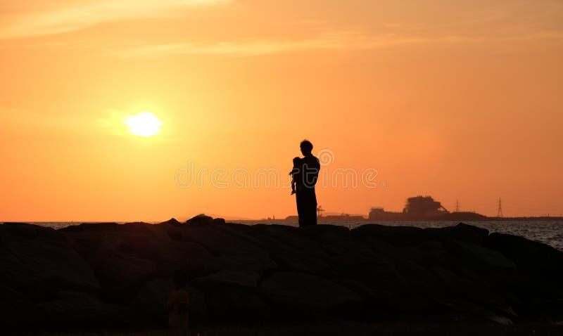Vati mit seiner Tochter des Sonnenuntergangs Gl?ckliche Familie Konzept stockbild