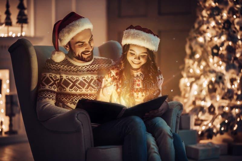 Vati mit Tochter auf neues Jahr ` s Eve stockfotos