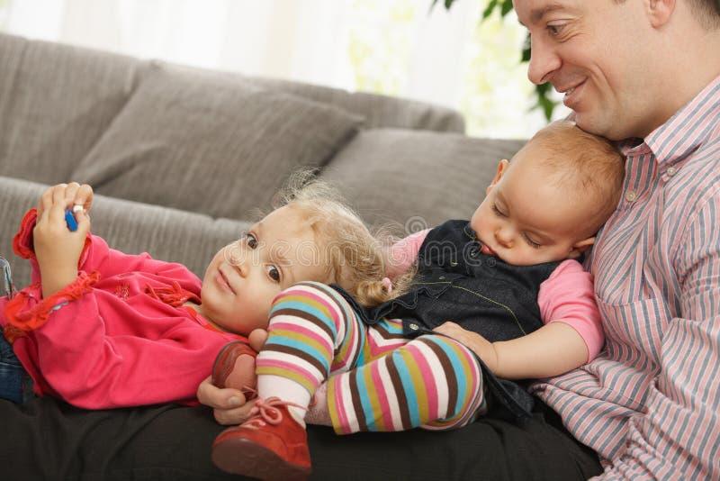 Vati mit zwei Töchtern stockfotografie