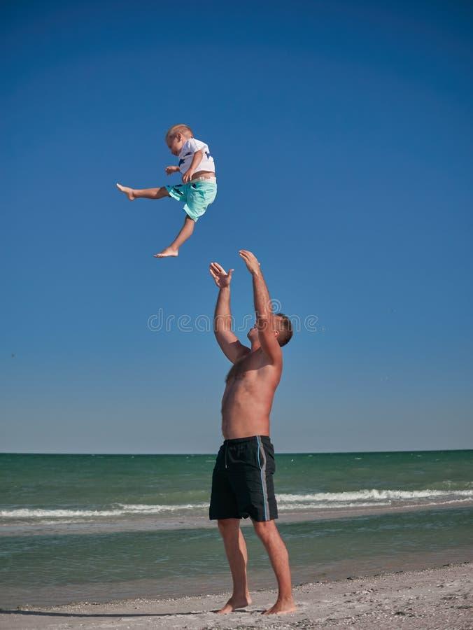 Vati und Baby, die auf Küste in der Sommerzeit spielen Glückliche Familie und glückliches Kindheitskonzept Kleiner Junge, der Spa lizenzfreie stockfotos