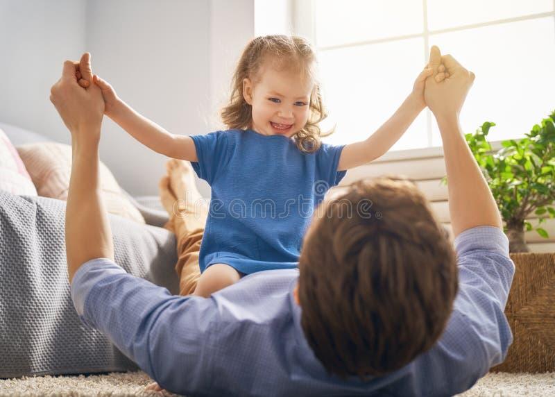 Vati und sein Kinderspielen stockbilder