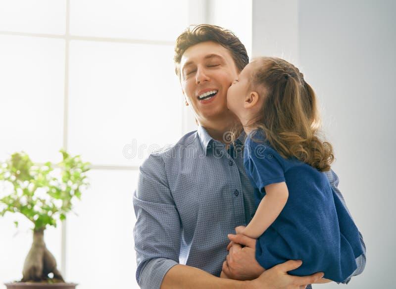 Vati und sein Kinderspielen stockfoto
