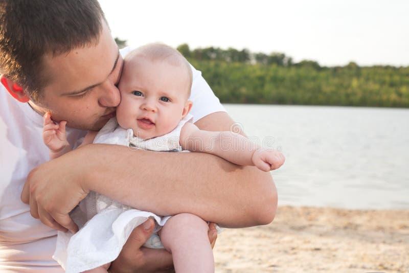 Vati und sein kleines Mädchen stockbilder