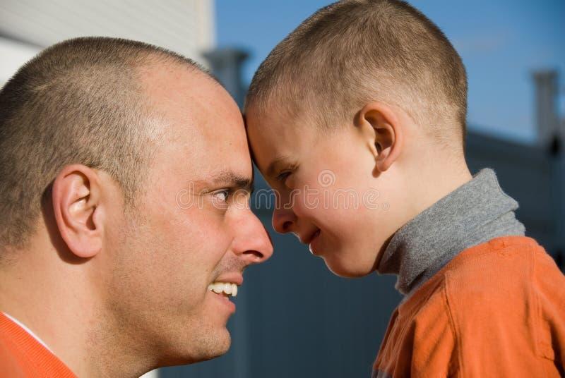 Vati und Sohn stockbild