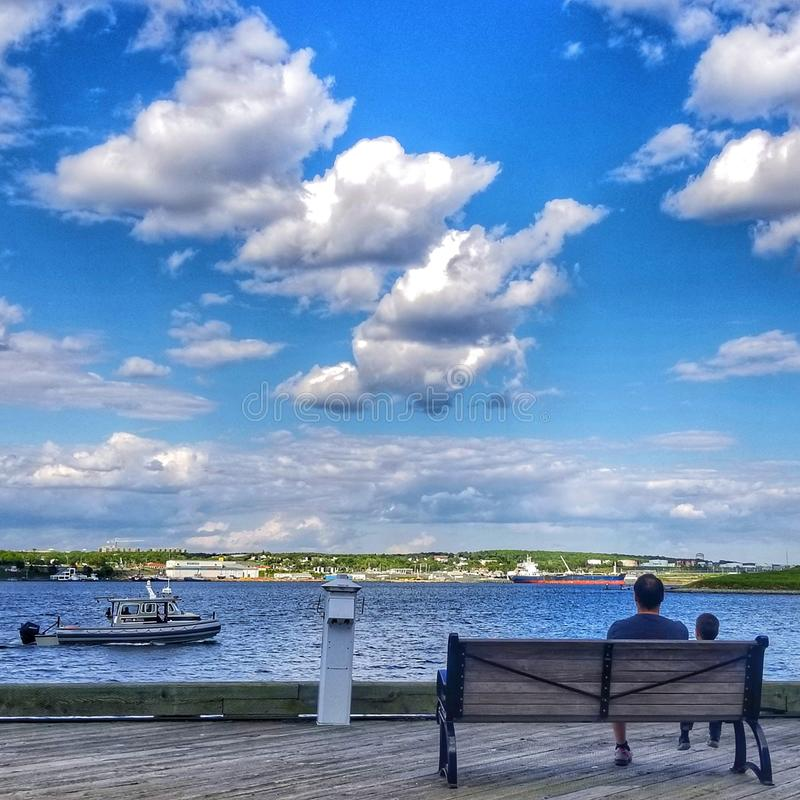 Vati und Sohn auf Ufergegend Halifax ns lizenzfreie stockbilder