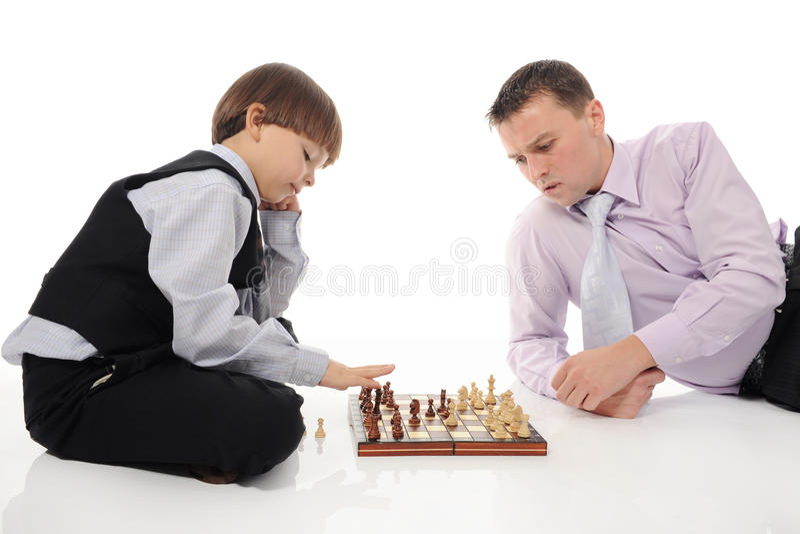 Vati und Sohn, die Schach spielen lizenzfreies stockbild