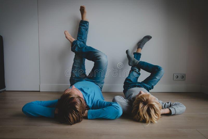 Vati und Sohn entspannen sich zu Hause, Komfort und Familienzeit lizenzfreie stockbilder