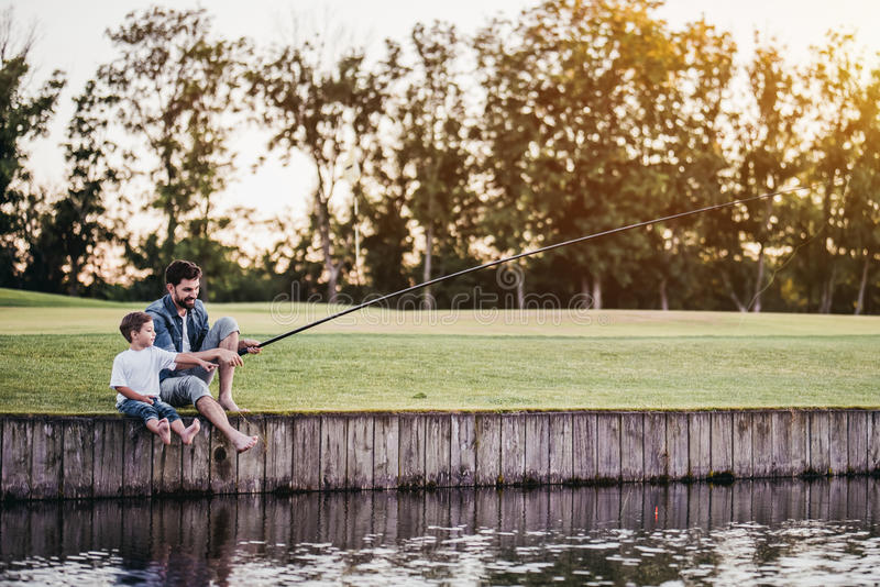 Vati und Sohn fischen stockbild