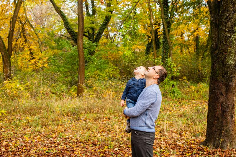 Vati und Sohn im Herbstpark lizenzfreies stockbild