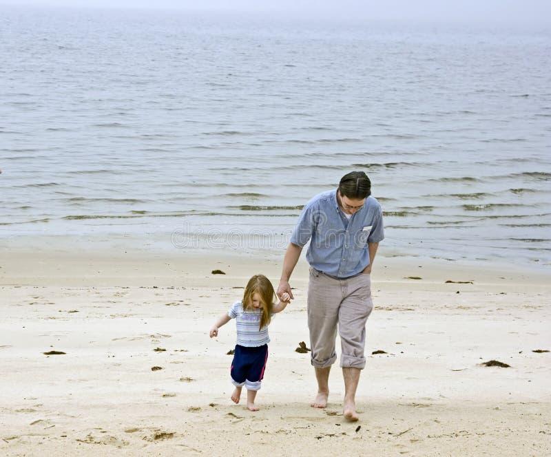 Download Vati und Tochter stockbild. Bild von sand, lieben, vater - 9075861