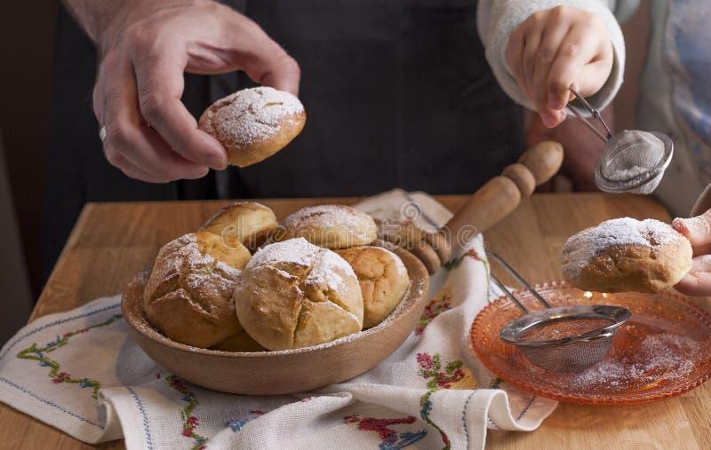 Vati und Tochter Brötchen mit Zucker zubereiten und essen Selbst gemachtes Gebäck und köstlicher Familienfrühstück Morgen bequem  lizenzfreies stockfoto