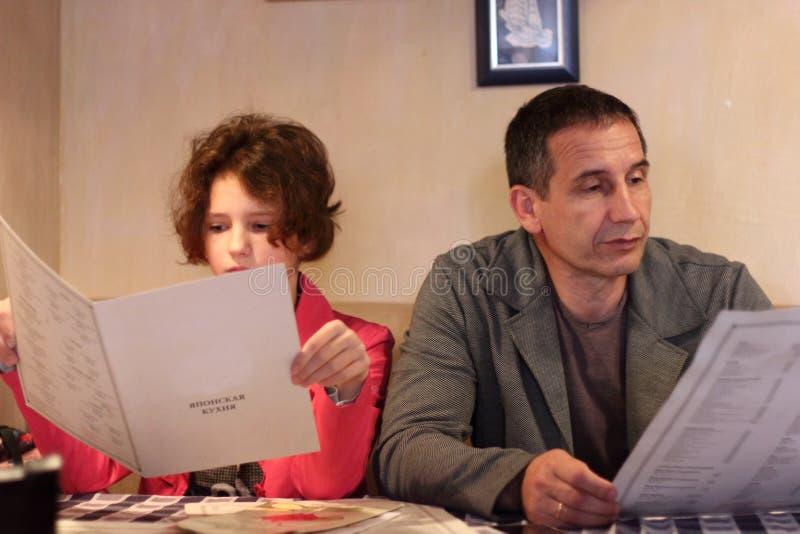 Vati und Tochter in einem Restaurant lizenzfreie stockbilder
