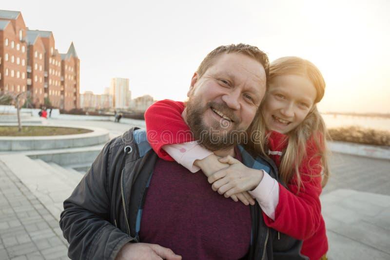 Vati und Tochter für einen Weg stockfoto
