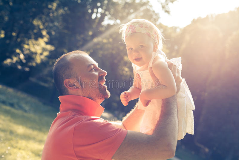 Vati- und Tochterspielen stockbild