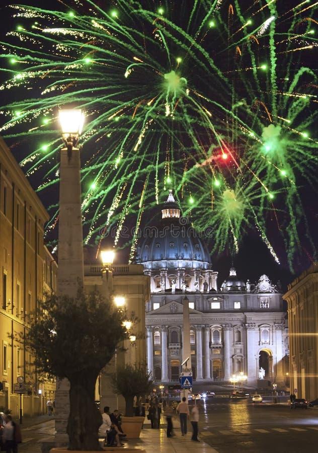 vatican Celebratory fyrverkerier över ett Sts Peter fyrkant arkivbild