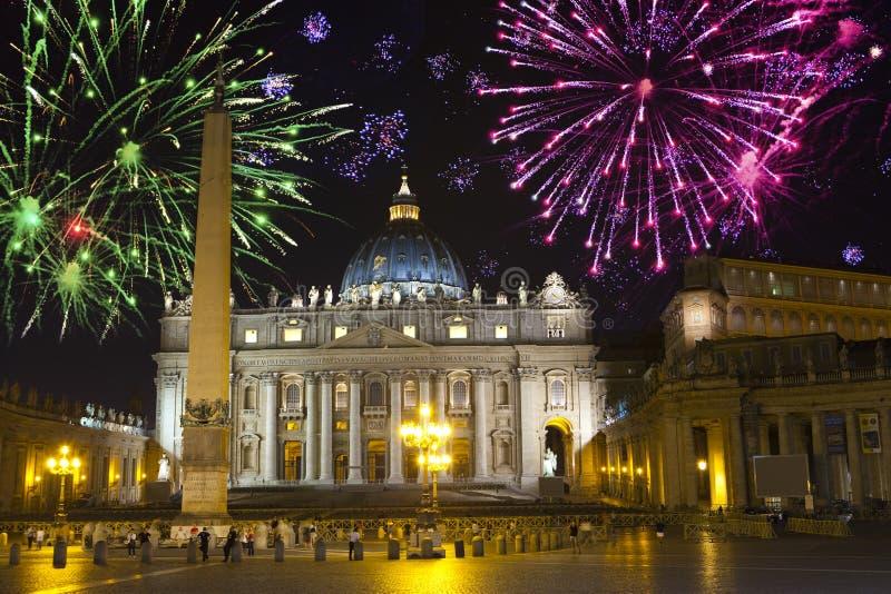 vatican Celebratory fyrverkerier över ett Sts Peter fyrkant royaltyfria bilder