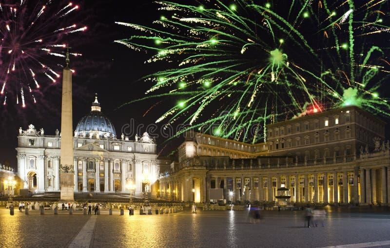 vatican Celebratory fyrverkerier över ett Sts Peter fyrkant rome italy royaltyfri fotografi