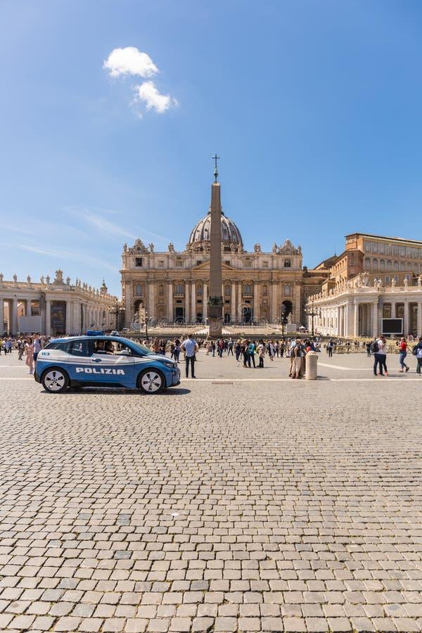 VATICAN CITY - APRIL 27, 2019: Polisbil på Sts Peter fyrkant, piazzadi San Pietro, för säkerheten av folket royaltyfri foto
