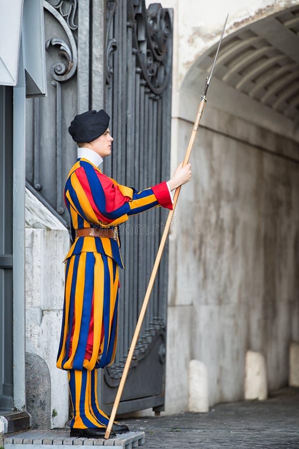 VATICAN CITY ITALIEN MARS 23: Schweizisk gardist i Vaticanen, Rome royaltyfria foton